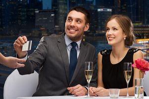 レストランでカード払いする男女