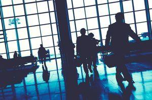 空港で行き交う人々
