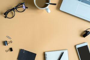 机の上にある日用品