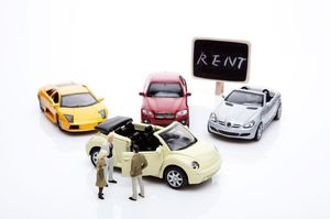 車と人の模型と「RENT」と書かれた看板