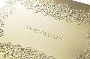 INVITATIONと書かれたゴールドカード
