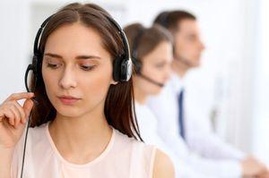 コールセンターに問い合わせる女性