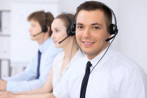コールセンターで働く男性