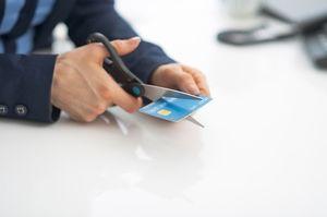 クレジットカードをはさみで切る人