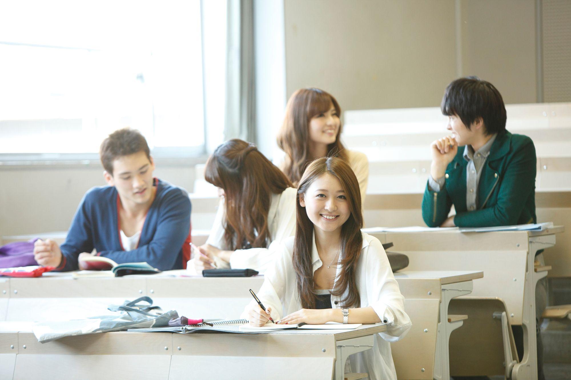 講義室の大学生
