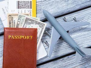 パスポートと飛行機の模型