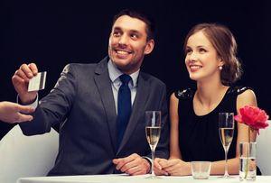 高級店で食事をするカップル