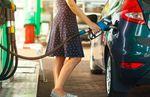 ガソリンを入れる女性