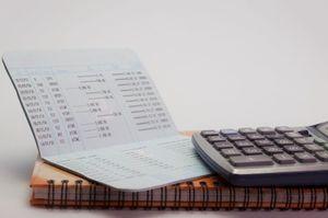 銀行の通帳と電卓とノート