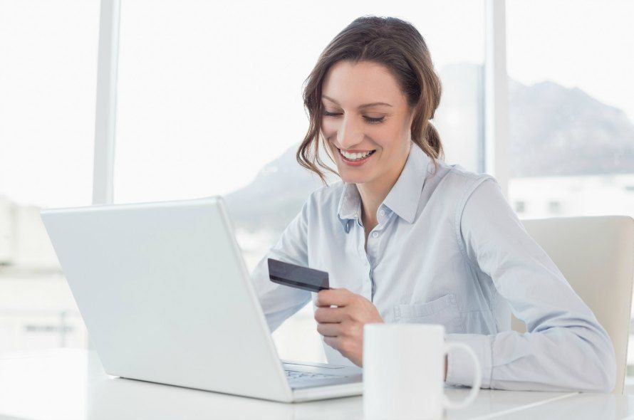 クレジットカードを見る女性