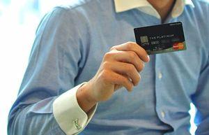 プラチナカードをもつ人
