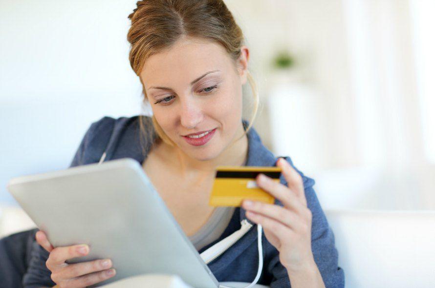 クレジットカードを見つめる若い女性