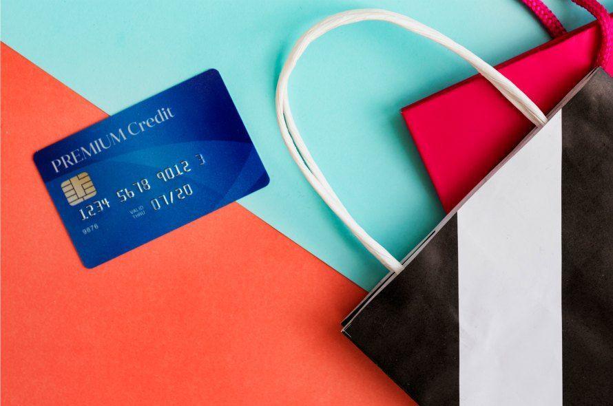 ショッピングバッグとクレジットカード