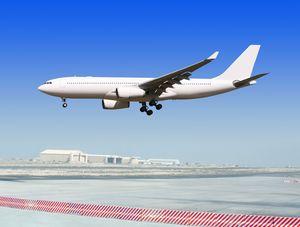 滑走路に着陸する飛行機