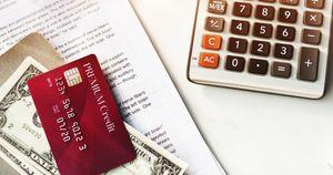 電卓と書類とお金とクレジットカード