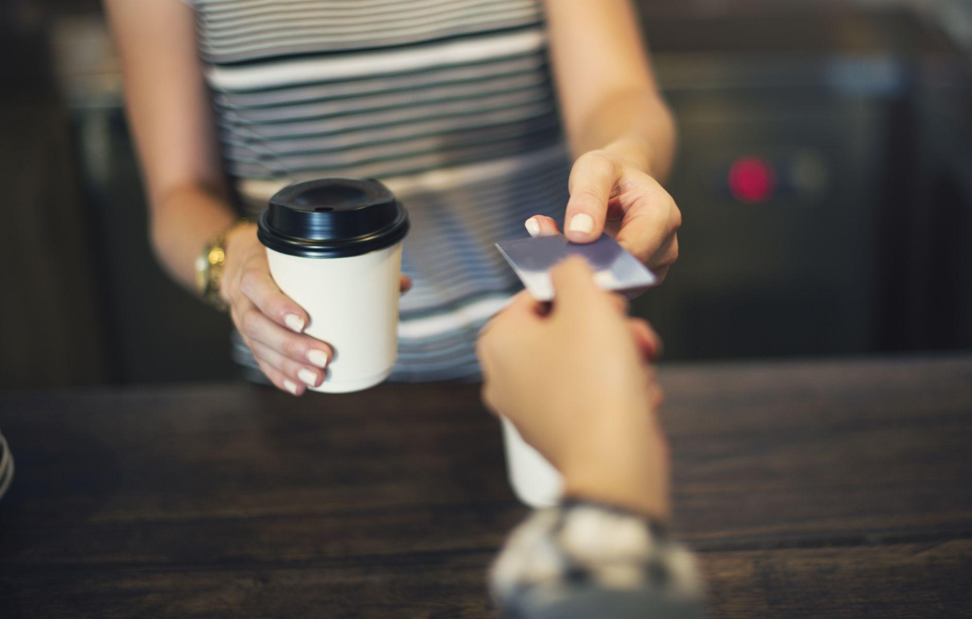 カフェでクレジットカードを使う