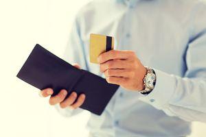 財布からカードを取り出す男性