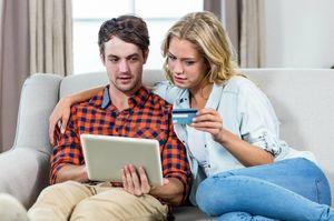 クレジットカードを見つめるカップル
