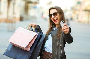 クレジットカードで買い物をする女性