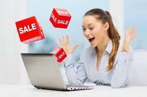 セール情報に喜ぶ女性