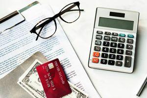 クレジットカードと電卓と書類