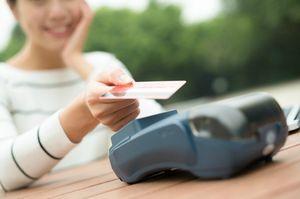 カード決済する女性