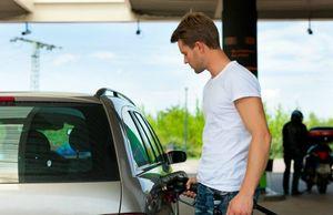 ガソリンを入れる男性