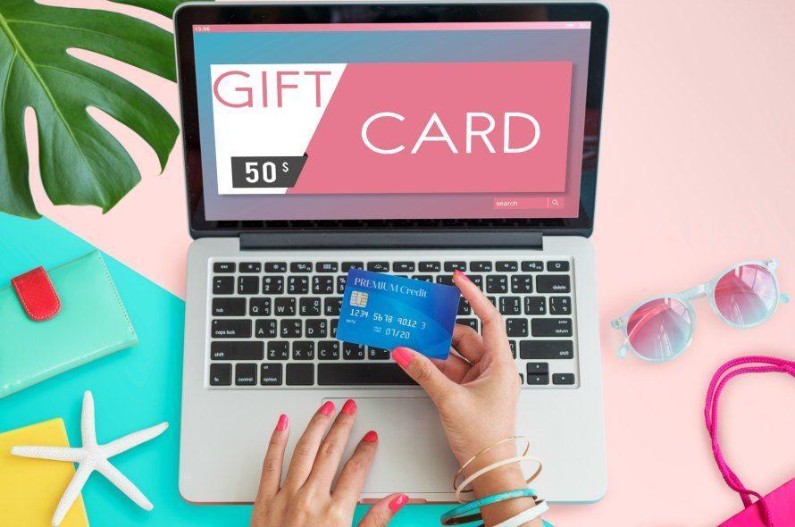 GIFT CARDと表示されているパソコンとクレジットカード
