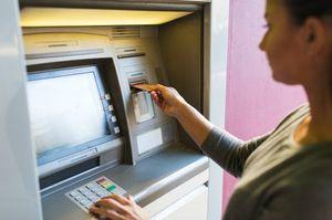 ATM操作をする女性