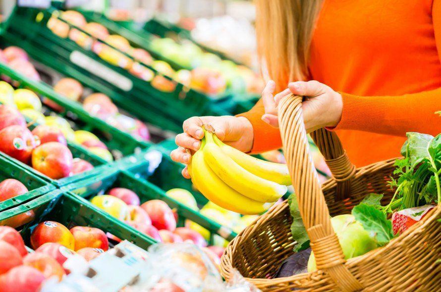 スーパーで買い物する人