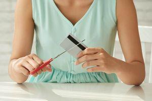 クレジットカードを切る女性
