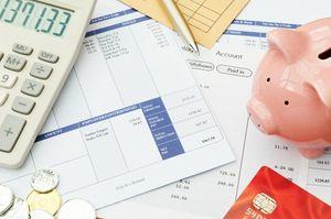 明細書と電卓と豚の貯金箱