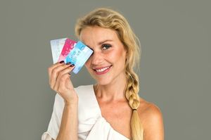クレジッとカードを3枚持つ女性