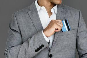 ポケットからクレジットカードを出す男性