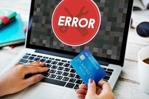 ERRORが表示されているパソコンとクレジットカードを持っている人