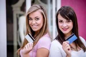 クレジットカードを持つ女性たち