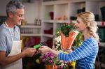 お店でお花をカードで買う女性