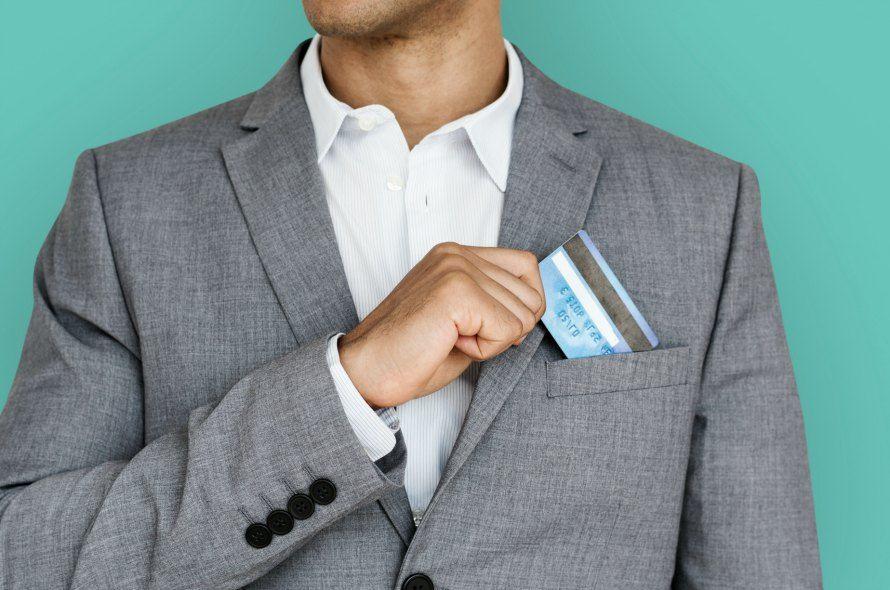 クレジットカードを取り出す男性