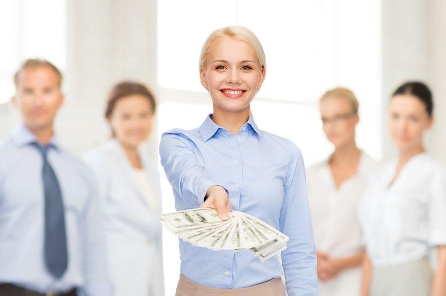 お金を見せる女性