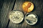 テーブルの上に置かれたセント硬貨