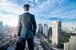 都市を見下ろすビジネスマン