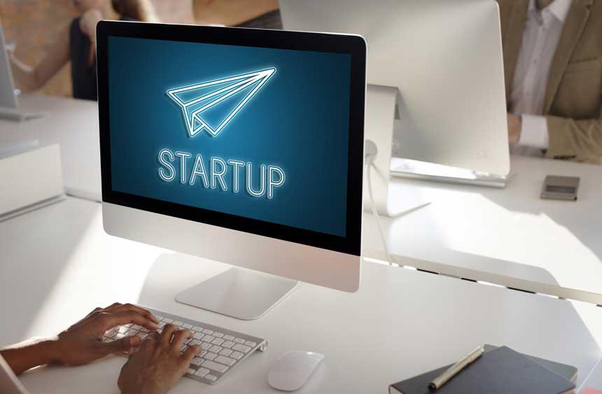 パソコン画面に映し出されるSTARTUPの文字