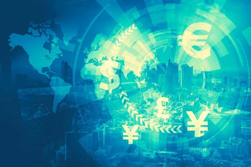 都会の街並みを背景に浮かぶ世界地図と通貨記号
