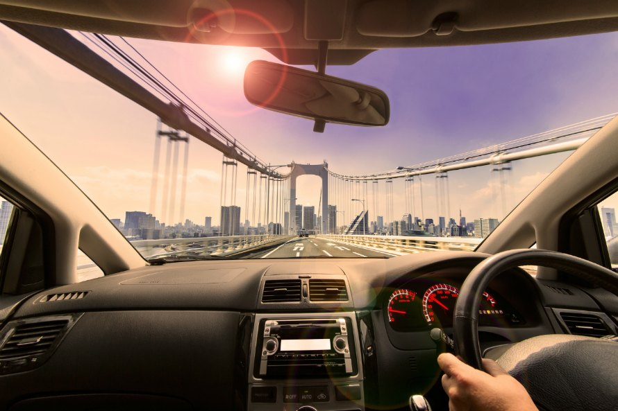 高速道路をドライブする