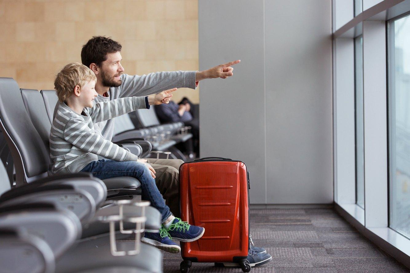 海外旅行へ行く親子