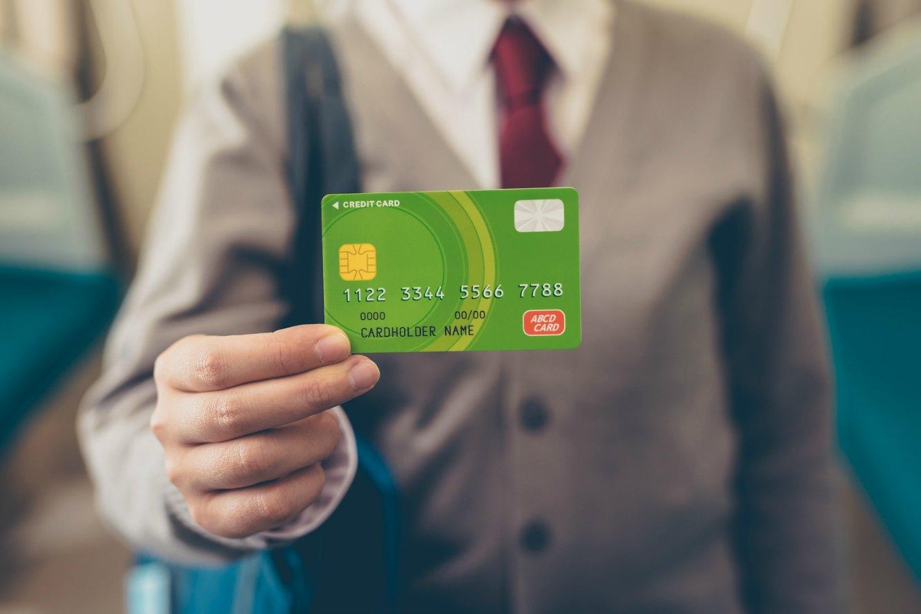 電車の中でクレジットカードを持つ
