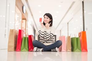 買い物袋と一緒に座る女性
