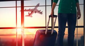 空港に立つ男性