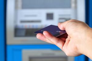 ATMにカードを差し込む