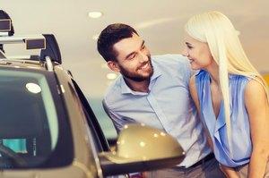 車を見る男女